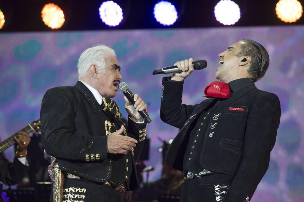 Vicente y Alejandro Fernández durante el concierto.