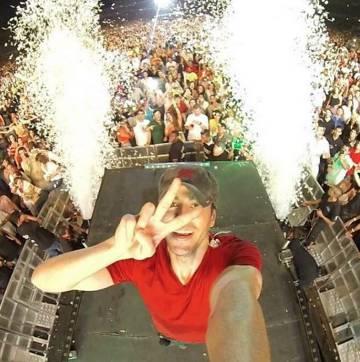 Enrique Iglesias se hace un selfie desde el escenario.