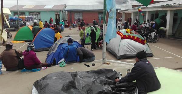 A algunos kilómetros de La Paz, las personas con discapacidad optan por descansar ante el mal clima.