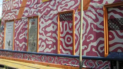 Ubicado en el Barrio de Barracas, la calle Lanín es un pequeño pasaje que alberga la obra del artista plástico Marino Santa María.