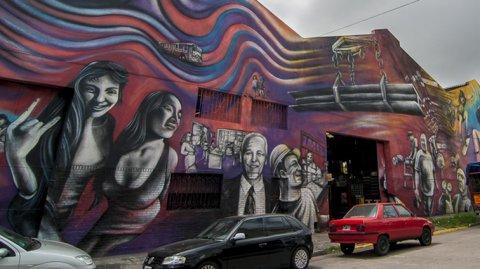 El mural realizado por el artista Alfredo Segatori se encuentra ubicado sobre la calle Pedro de Mendoza y San Antonio.