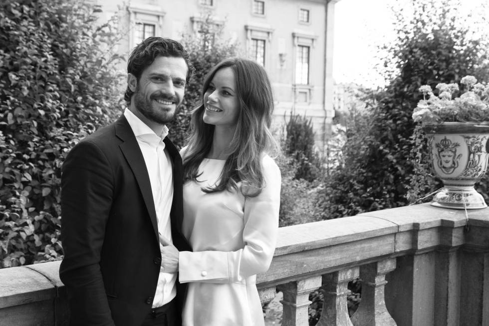 Carlos Felipe de Suecia y Sofia Hellqvist, en una imagen oficial con la que anunciaron la llegada de su primer hijo el pasado mes de octubre.