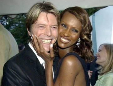 David Bowie e Iman Abdulmajid en 2002.