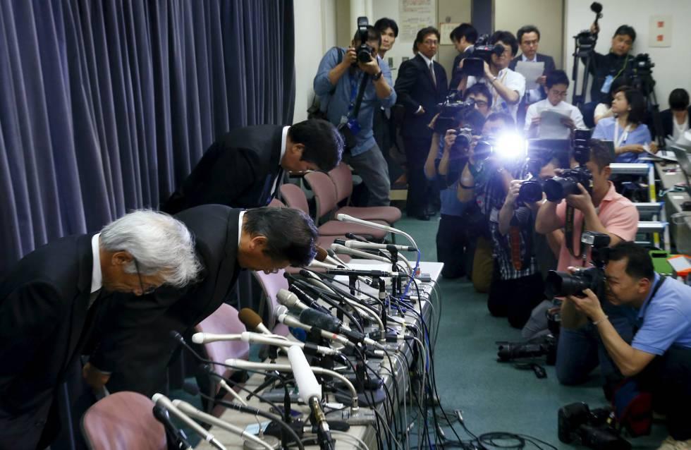 La cúpula de Mitsubishi, con su presidente Tetsuro Aikawa, en el centro, hoy en la rueda de prensa de la compañía