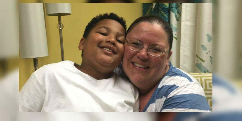 Tristan y la que pronto será su madre adoptiva, Donnie Davis. (Crédito: KOLR)