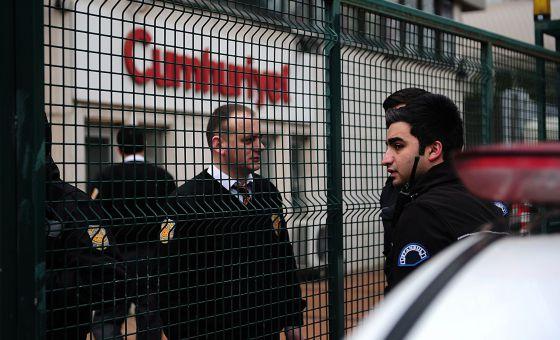 Policías turcos en el exterior del diario