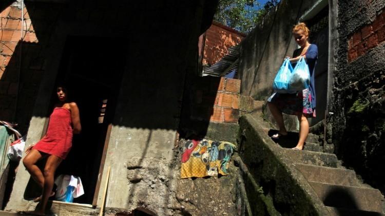 Dos mujeres en una favela de Río de Janeiro (Brasil).