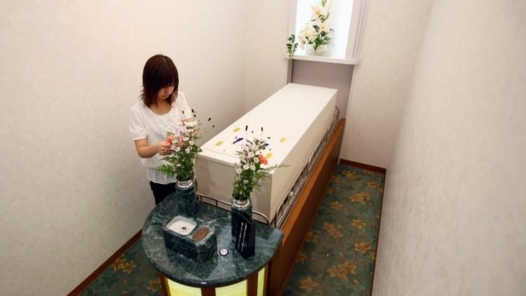 Empleada de un hotel de cadáveres de Yokohama prepara un funeral