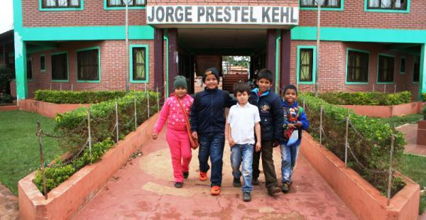 Niños de la Unidad Educativa Jorge Prestel saliendo ayer de clases, regresarán el martes