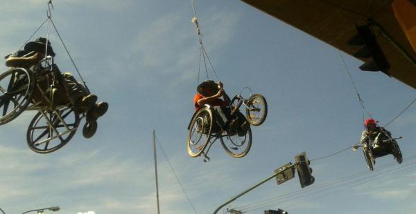 Los discapacitados en Cochabamba se colgaron del viaducto Blanco Galindo