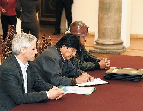 Palacio. Evo Morales (centro) firma uno de los seis decretos en beneficio del aparato productivo.