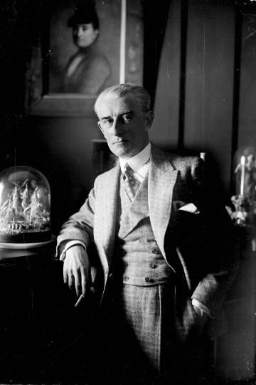 El compositor francés Maurice Ravel, en su casa, hacia 1925.