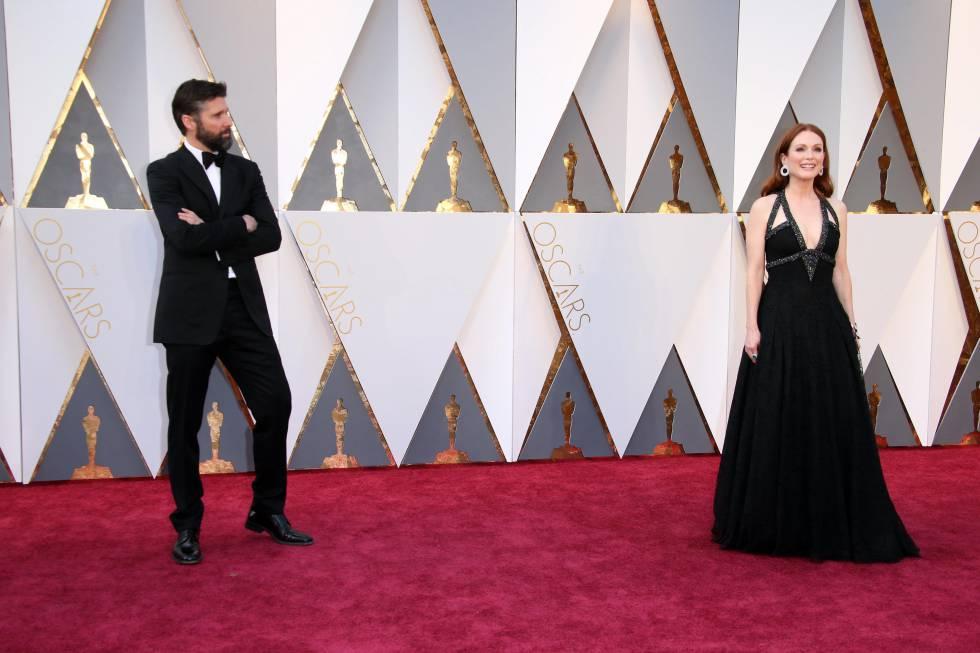 Julianne Moore y su marido, Bart Freundlich, en la pasada ceremonia de los Oscar.
