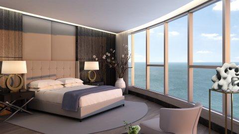 Una habitación con una vista panorámica de la costa.