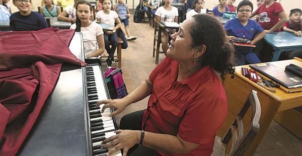 Una de las clases de canto para el nivel inicial, a cargo de la docente Luz Marina Robles.
