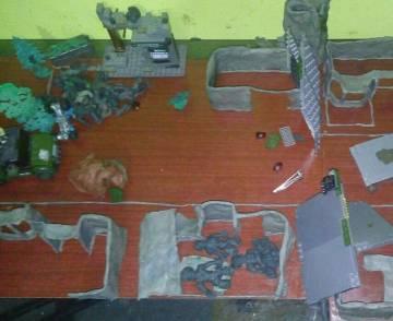 La maqueta hecha con plastilina de la casa de las víctimas. En la parte inferior se observan cuatro figuras, los cuatro miembros a quienes pensaba matar.
