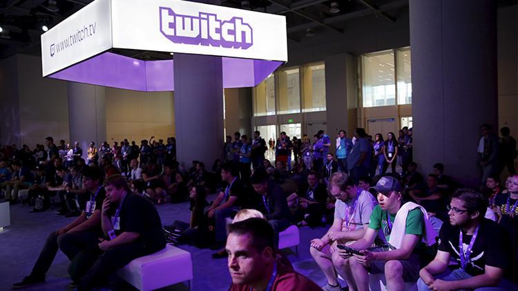 Un grupo de asistentes al concurso TwitchCon 2015, celebrado en San Francisco (California, EE.UU.), observa la presentación de un videojuego el 25 de septiembre de 2015.