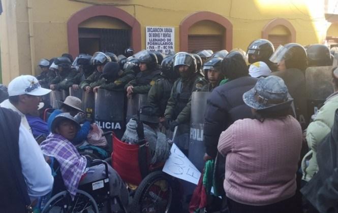 Regresa la violencia en torno a la plaza Murillo entre discapacitados y policías