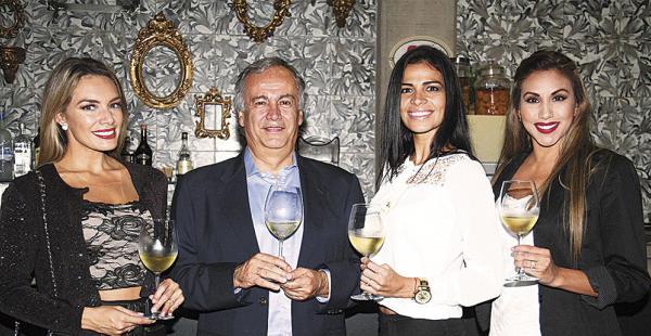 Jéssica Suárez, Luis Granier, Natalí Olmedo y Kathia Irala, catando la nueva propuesta de la bodega nacional, un orgullo del departamento sureño