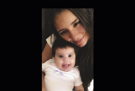 """Danae Hinojosa y Ana Victoria. Esos grandes ojos, a sus casi cuatro meses, le roban los suspiros a su madre (20). """"Los sacrificios dejan de serlo,  como la lavada de mamaderas ¡todos los días! Las madrugadas fueron bárbaras el primer mes""""."""