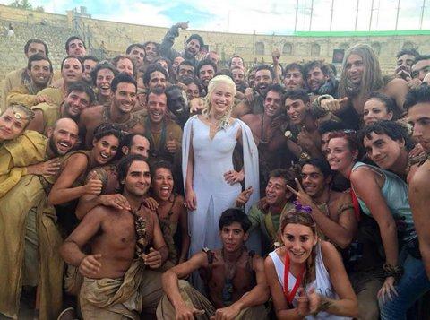 Emilia Clarke con los extras locales que participaron de la serie.