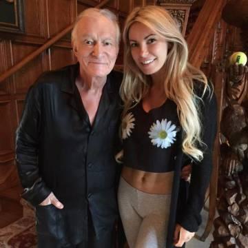Hugh Hefner posa con una de las chicas Playboy en 2015.