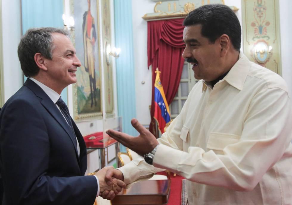José Luis Rodríguez Zapatero y Nicolás Maduro se estrechan la mano en su reunión del miércoles en Caracas.