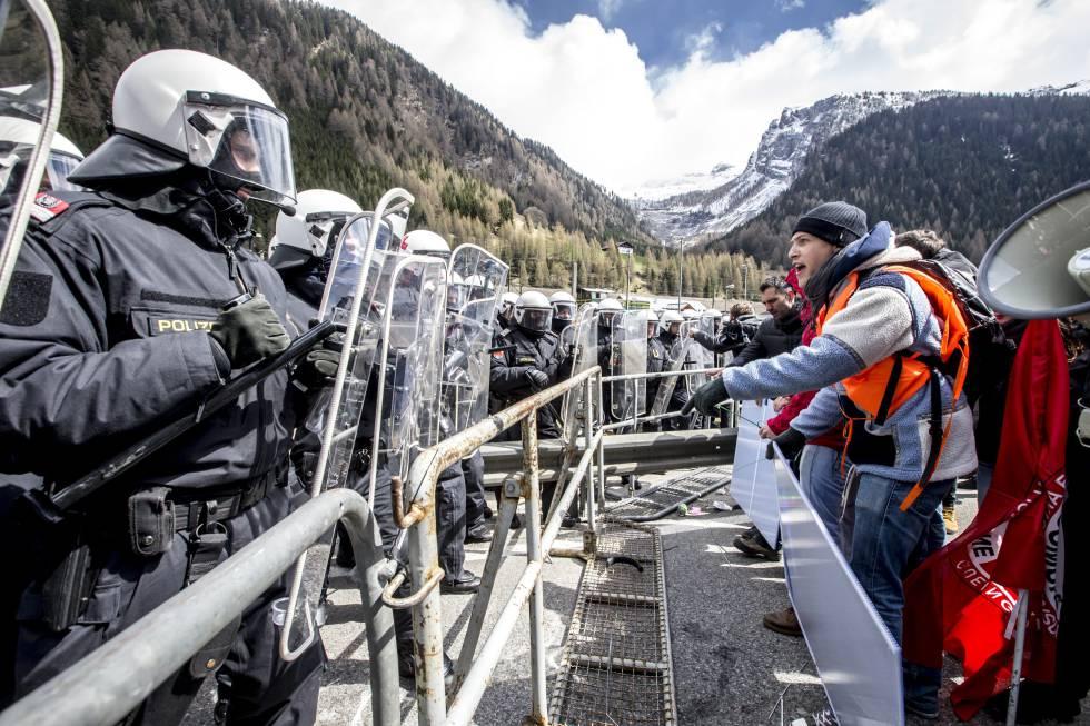 Policías, ante manifestantes que protestan en el paso de Brenner en abril.