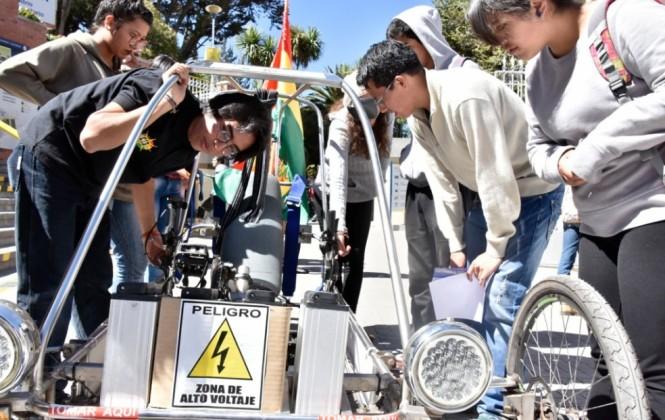 Estudiantes muestran en la UCB el auto solar que ganó concurso en Chile