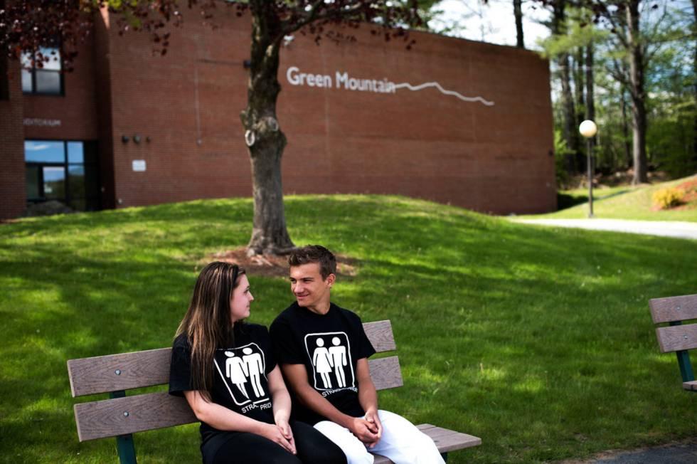 Mariah Lique y Tanner Bischofberger visten camisetas del