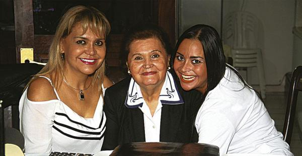 La agasajada, 'Negra' Anglarill, compartió con su madre Aidita de Anglarril y su hija Vanessa Arias