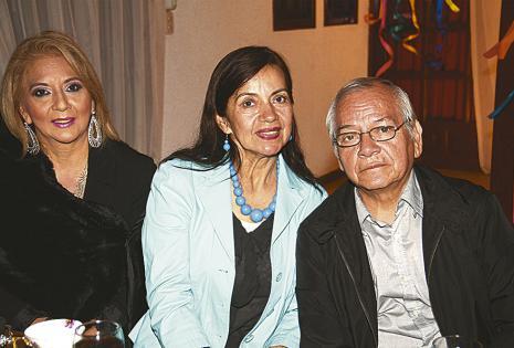 Evelin, Rosa María y Rosendo Rivero, felicitaron a Tery por su hermosa celebración