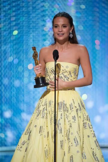 Alicia Vikander, novia de Fassbender recogiendo el Oscar por su papel en