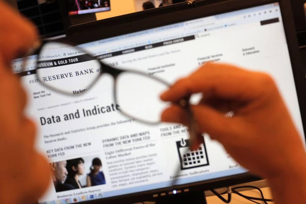 Un usuario consulta la página web de la Reserva Federal de Nueva York.