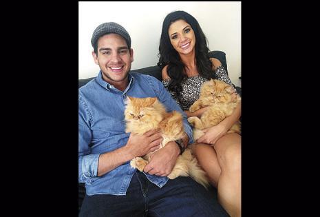 Viven juntos y tienen dos gatos: Garfield y Gokú