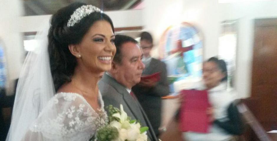 La novia fue acompañada hasta el altar por su padre