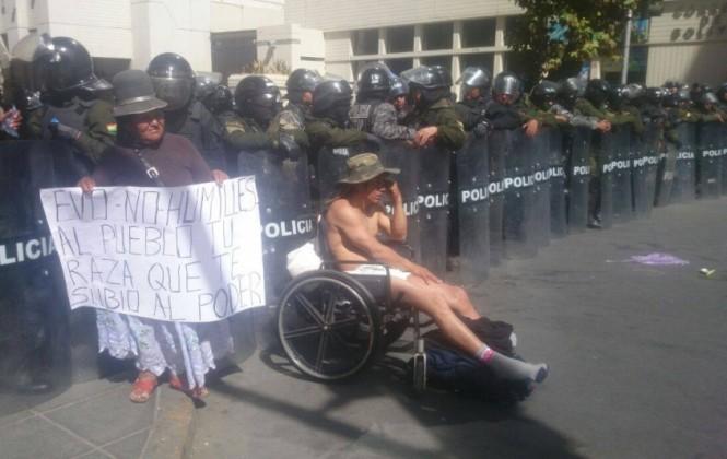 Discapacitados se desnudan para demostrar que renta anual no les alcanza ni para pañales