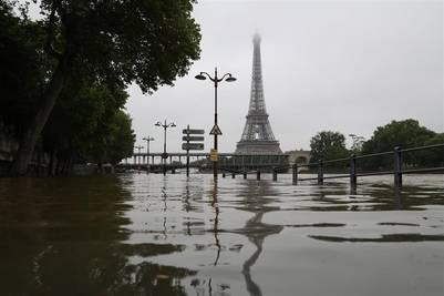 El Sena se desborda, con la torre Eiffel de fondo. / AFP