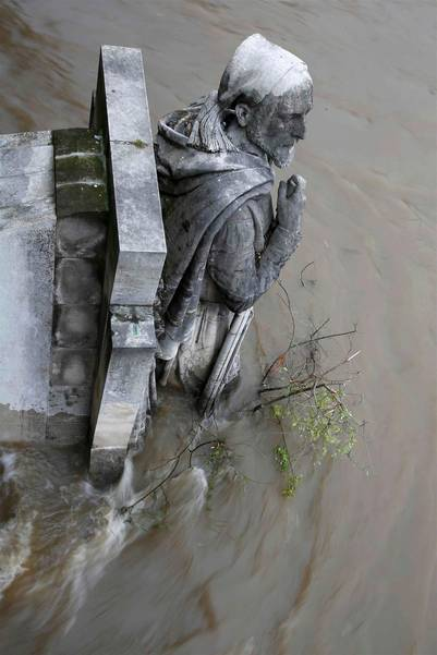 El agua del Sena cubre parte de la esculturas del Puente del Pont de l'Alma, en París./ Reuters
