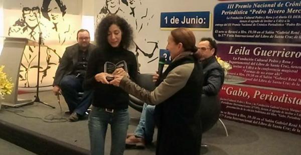 Sarita Mansilla, presidenta de la Cámara del Libro, entrega a Leila Guerriero un reconocimiento tras la conferencia que dictó la noche de este jueves