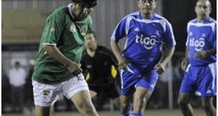 Evo juega fútbol, mientras en Bolivia se agrava crisis económica