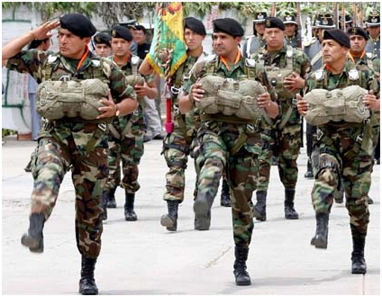 El camuflado es uno de los uniformes tradicionales que visten los soldados  bolivianos 552d8d4565d71