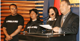 Gobierno de Bolivia compromete seguro para periodistas y aprueba transporte nocturno