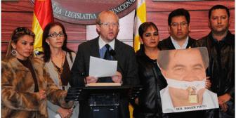 Tras asilo a senador Pinto, MAS acepta debatir el delito de desacato; Evo critica
