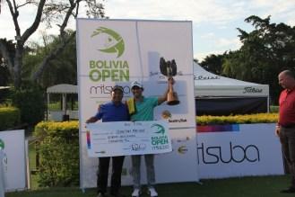 El Campeón Sebastian MacLean recibiendo el premio de la mano de nuestro gran Patrocinador Mitsuba Moda Urbana