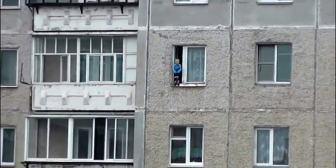 La historia del escalofriante video de un niño en la ventana de un 8° piso