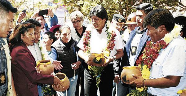 El presidente y el gobernador de Oruro, Víctor Hugo Vasquez, protagonizaron el acto de entrega