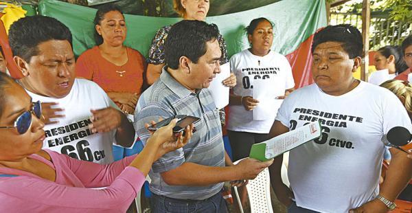 Germaín Caballero (centro) entregó la resolución de los chiquitanos