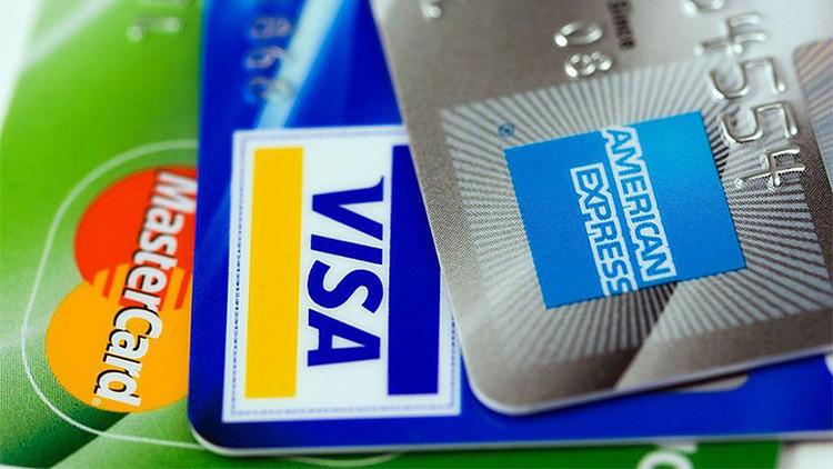Un vagabundo recibe limosna a través de tarjetas bancarias