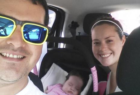 De viaje. Camila Flores (exUnitoons) acompañada de su esposo Fernando Ardaya y su pequeña Renata